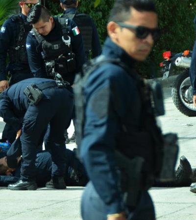 UNIFORMADO SE VA A TIERRA: Cae policía de Cancún de patrulla en movimiento y lo hospitalizan en Cancún