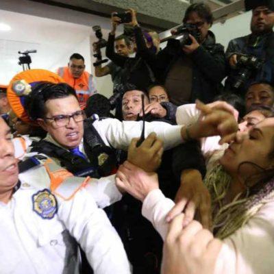 Se enfrentan padres de niños con cáncer con policías en el Aeropuerto Internacional de la CDMX