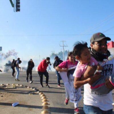 Reprimen policías a padres de Ayotzinapa que arribaron a Chiapas; hay cuatro hospitalizados