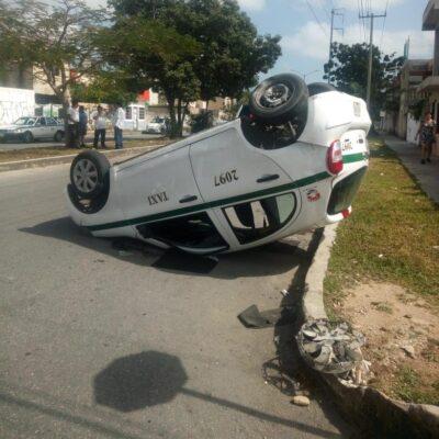 Taxi queda con sus llantas en el aire, tras choque en Cancún