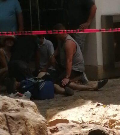 SE DESPLOMÓ ABRUPTAMENTE Y NADA SE PUDO HACER: Muere turista extranjero en la Quinta avenida de un infarto