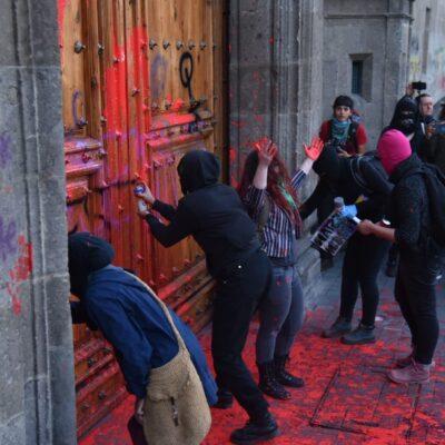 VIDEOS | FOTOS | Encapuchadas hacen pintas en Palacio Nacional por feminicidio de Ingrid