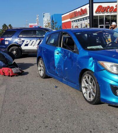 Motociclista se estrella contra automóvil, en Playa del Carmen