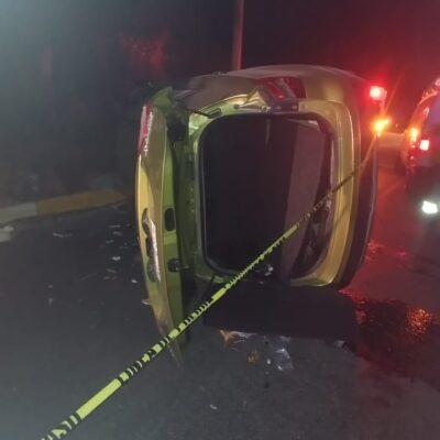 Vuelca coche en la Huayacán de Cancún