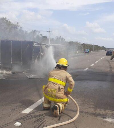 Se incendia camioneta que transportaba aceite tras estrellarse en carretera de JMM
