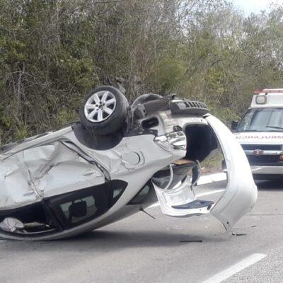 Vuelca quintanarroense coche en Valladolid en la carretera de cuota Cancún-Mérida