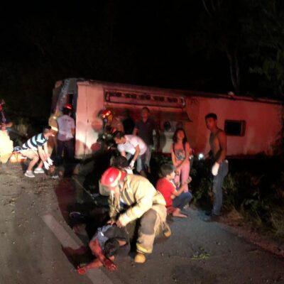 TRÁGICO CARRETERAZO EN TULUM: Al menos cuatro muertos y seis heridos al chocar autobús con rumbo a Veracruz contra un taxi