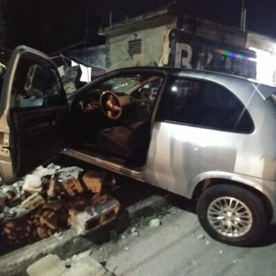 Automóvil se estampa contra una casa, en Cancún