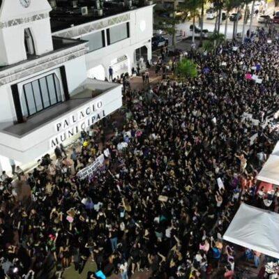 """""""SOMOS LA VOZ DE LAS QUE NO ESTÁN"""": Marchan al menos mil 500 mujeres en Playa del Carmen contra la violencia de género"""