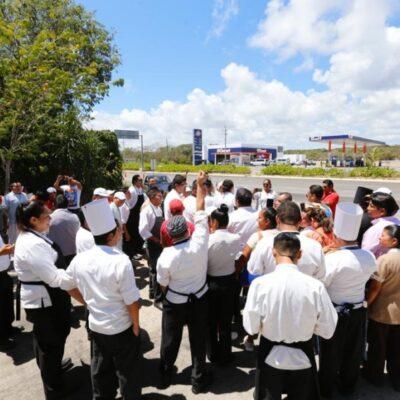 """""""LA EMPRESA TIENE, PERO NO QUIERE APOYARNOS"""": Se manifiestan 450 trabajadores del hotel Secrets Akumal Riviera Maya por 'descansos solidarios' y recortes, debido a la contingencia sanitaria"""