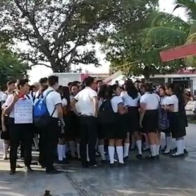 Alumnos de bachillerato se manifiestan por acoso sexual en escuelas de Cancún