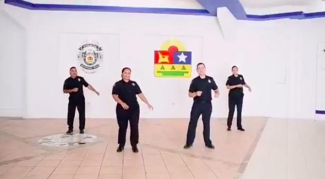 """POLICÍAS DE CAPELLA CANTAN Y BAILAN CONTRA EL CORONAVIRUS: Difunde máximo jefe policiaco de Quintana Roo video musical para enfrentar """"con la mejor actitud"""" al COVID-19"""