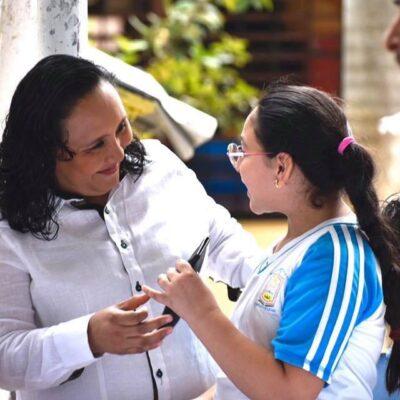 Entrega Cristina Torres lentes a niños de 5to y 6to grado en Playa del Carmen