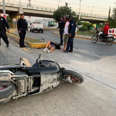 Mujer alcoholizada se accidenta en moto en Playa del Carmen
