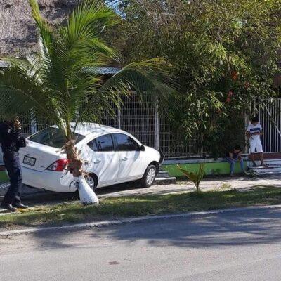 Jóvenes chetumaleño desatienden encierro por Covid-19 y estampan carro en Boulevard Bahía