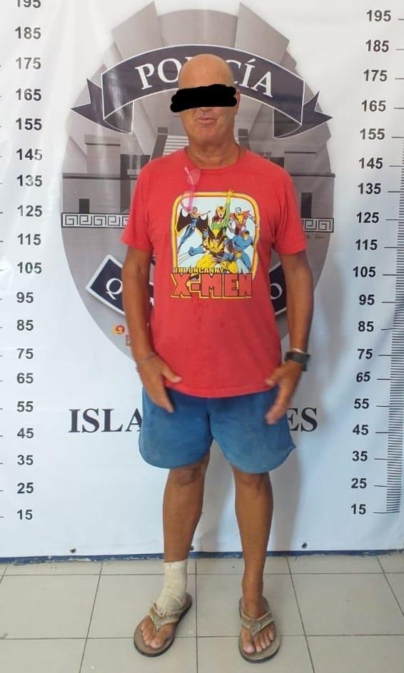 Detienen en Isla Mujeres a norteamericano que le escupió a trabajador de gasolinera
