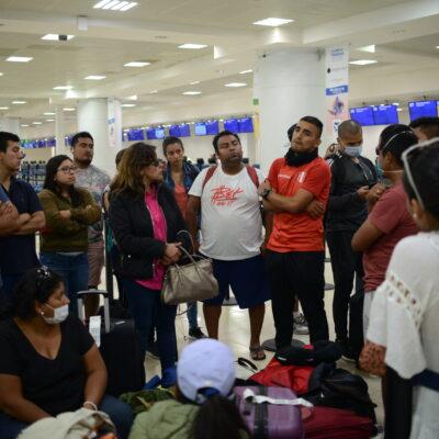 Pasajeros peruanos cumplen 48 horas sin poder salir por avión de Cancún