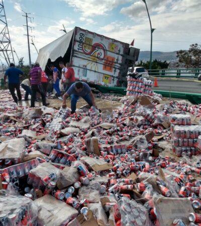 Se desata la rapiña en Tuxtla Gutiérrez tras volcar un tráiler cargado de cervezas…