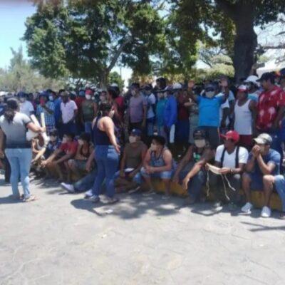 Salen cientos de yucatecos a pedir apoyo al gobierno, en medio de contingencia por coronavirus