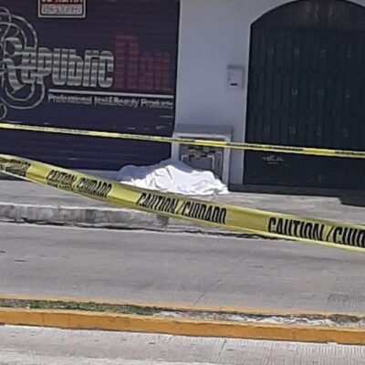 Indigente bebe sus últimos tragos y muere en Playa del Carmen