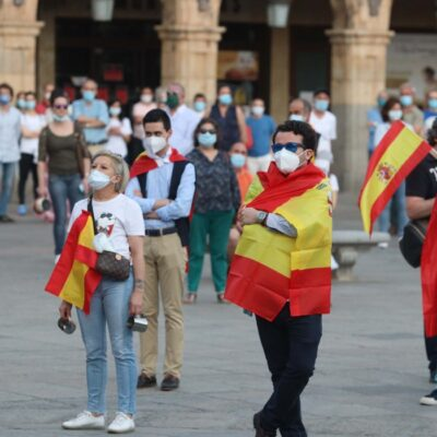 Miles protestan en España por mal manejo de la crisis de COVID-19