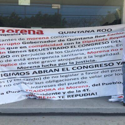 Militantes de Morena exigen reapertura del Congreso, con manta