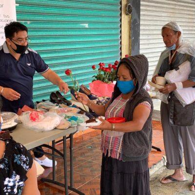 Comedor comunitario en Cancún consiente a las mamás con pequeño detalles