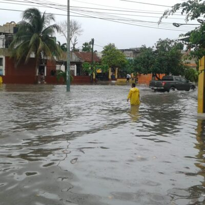Lluvias en Cancún causaron estragos en Cancún este domingo, dejando vehículos varados y calles inundadas.