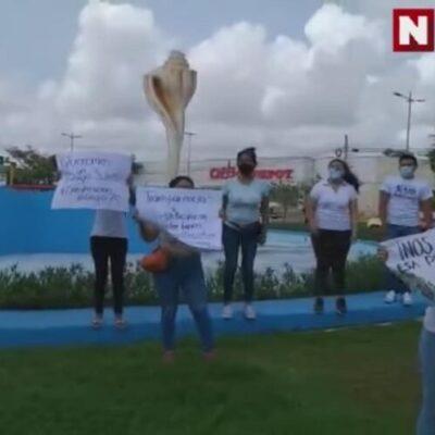 Maestros se manifiestan en las oficinas de la SEQ en Cancún para exigir sus plazas