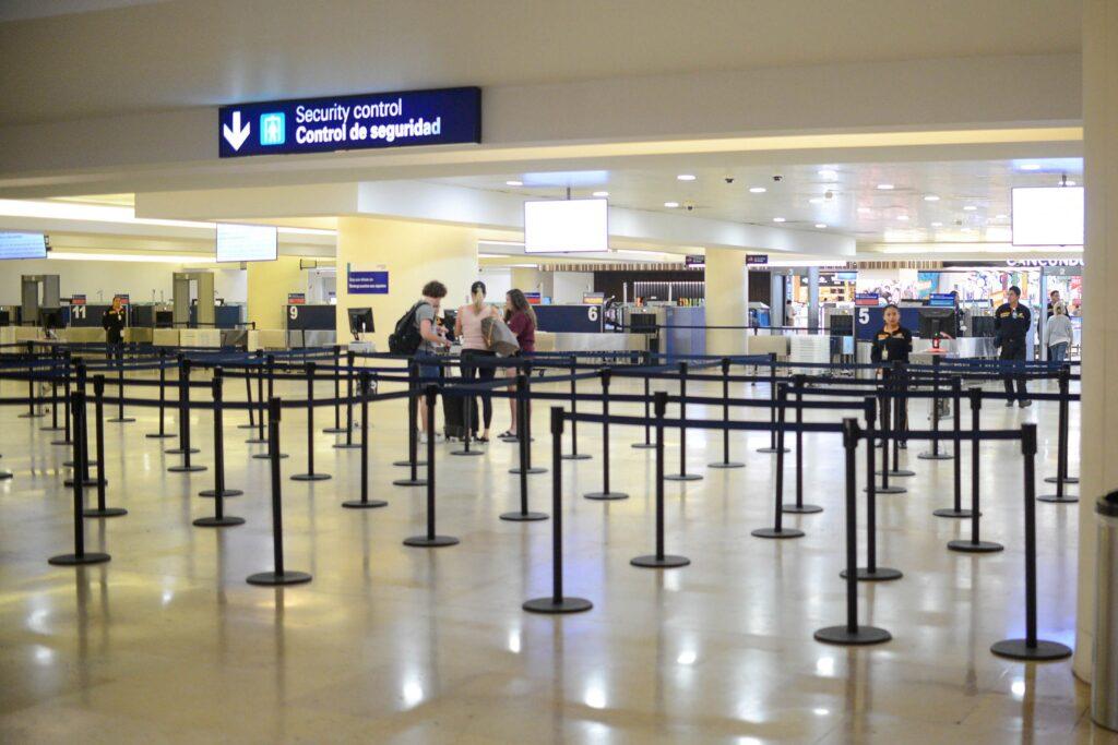 Pide Carlos Joaquín la reactivación segura de puertos, aduanas y aeropuertos para garantizar la recuperación turística de QR
