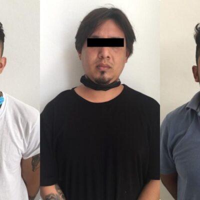Capturan a tres sujetos que asaltaron tienda en Cancún y escapaban a bordo de un taxi