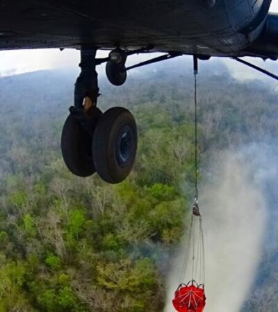 Brigadistas trabajan para sofocar el último incendio forestal activo en Quintana Roo