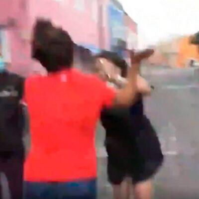 VIDEO | Comerciantes de Puebla agreden a reportera y camarógrafo