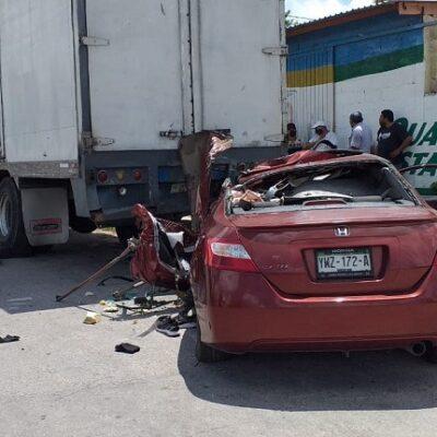 Salva la vida de milagro tras estrellar su auto contra un camión en Mérida