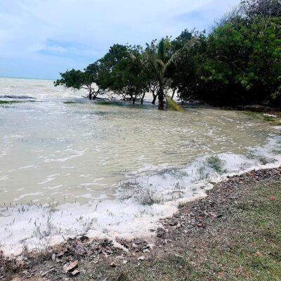 Avanza mar y cubre parte del bulevar Bahía de Chetumal