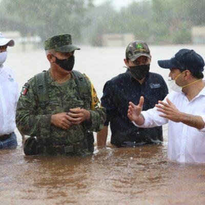 CON EL AGUA HASTA LA CINTURA: Acude Mauricio Vila a pueblos inundados de Yucatán