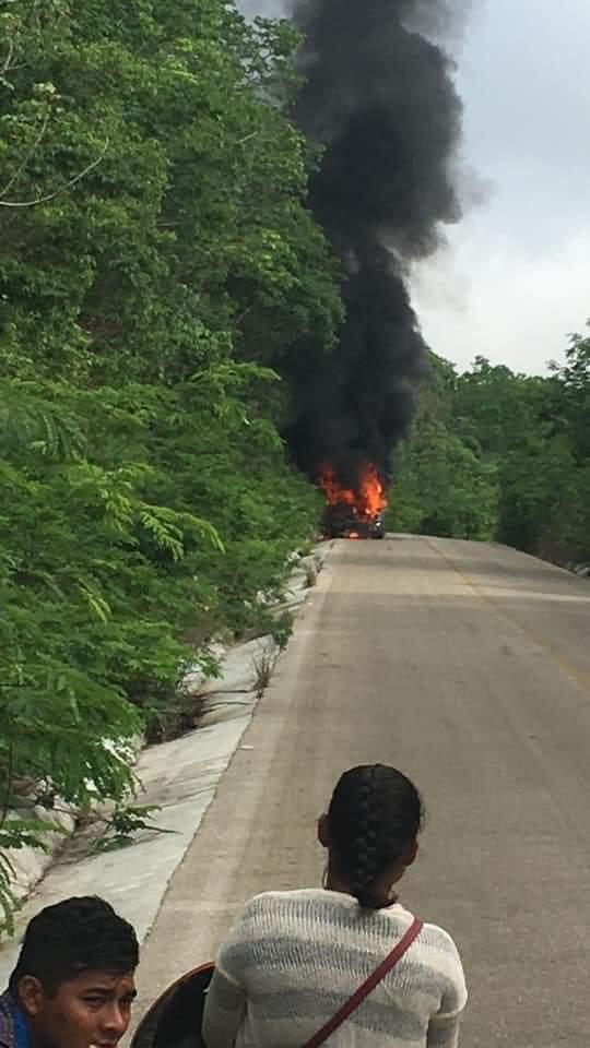 Se incendia combi de pasajeros en José María Morelos; no hay lesionados