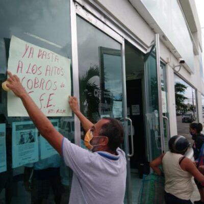 Ciudadanos clausuran simbólicamente oficinas de CFE por alza de tarifas en Chetumal