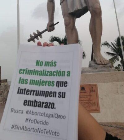 Mujeres colocan carteles en espacios públicos para pedir la despenalización del aborto en QR