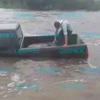 RÍO VERDE, INCOMUNICADO: Fuertes corrientes arrastran camioneta con varias personas en paso carretero en el sur de QR