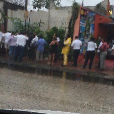 Se forman bajo la lluvia y el viento cientos de taxistas en Cancún para buscar su crédito a la palabra