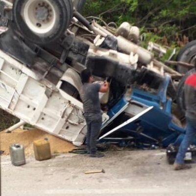 Vuelca camión de carga en la carretera Playa del Carmen-Tulum