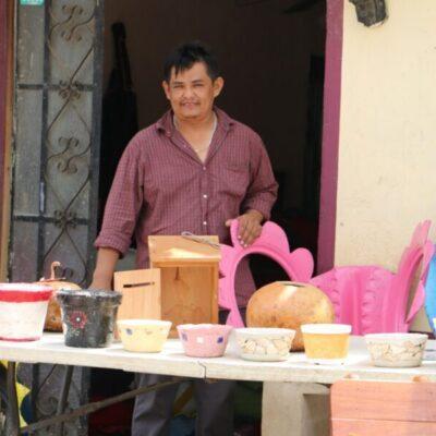 Comerciante ayuda a artesanos mayas a vender sus productos durante la contingencia sanitaria