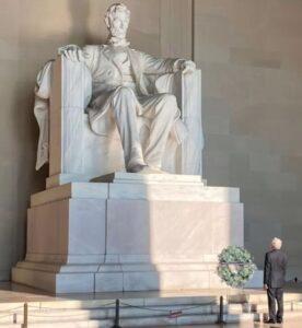 Visita AMLO monumentos a Abraham Lincoln y a Benito Juárez en Washington DC