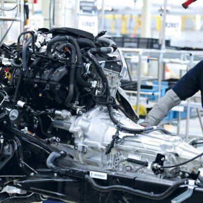 Automotrices japonesas prefieren pagar 355 pesos por hora a trabajadores en México que mudarse a EU