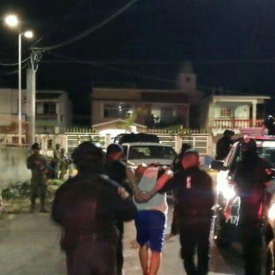 Policía irrumpe en departamento derribando la puerta y detiene a presunto narco en Cozumel