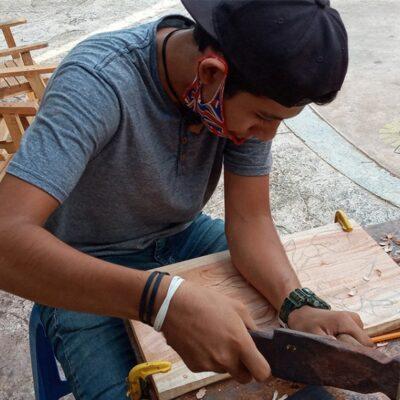 Artesano cardenense capacita a personas en tallado de madera para obtener ingresos durante la crisis económica