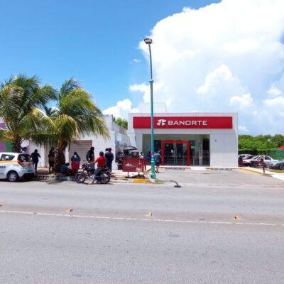"""Comerciantes se aglomeran durante la entrega del programa """"Crédito a la palabra"""" en Chetumal"""