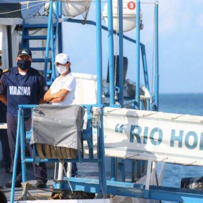 """Supervisan trabajo del buque sargacero """"Río Hondo"""" en Puerto Morelos"""