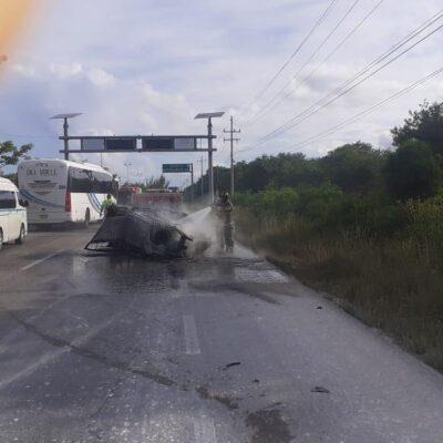 SALVAN LA VIDA EN APARATOSO ACCIDENTE: Arde coche, tras volcar turistas en carretera rumbo a Playa del Carmen